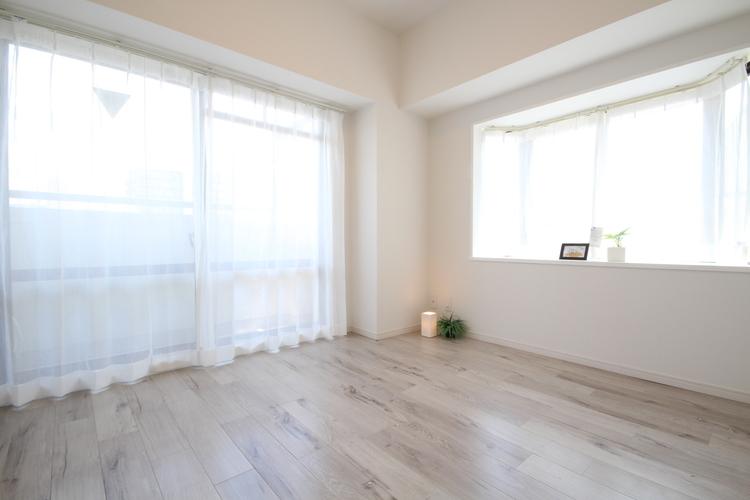 出窓のある洋室は、帖数以上の広さを感じられます