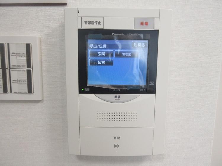 訪問者のお顔と声が確認できるTVモニター付ドアホン。カラーで映像も見やすいです