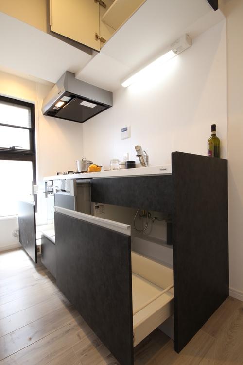 お鍋やフライパンなどかさばるキッチン用品も、難なくしまえるスライド式収納