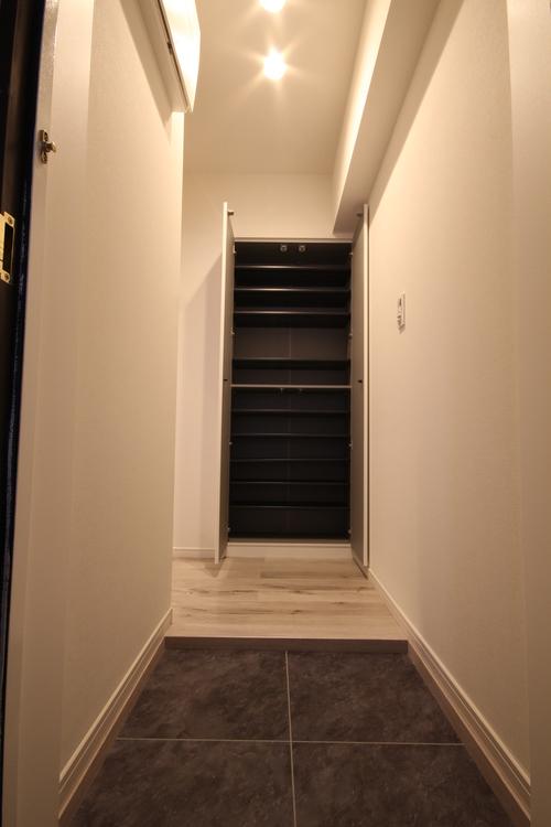 靴がたくさん収納できるトールタイプのシューズボックスを設けました。玄関がすっきりと片付き気持ちよく毎日を過ごせます