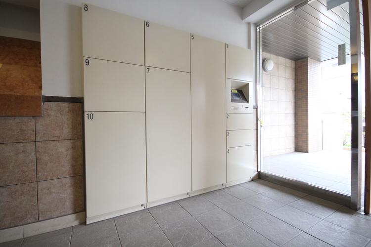 オートロックや宅配ボックスなどの便利な設備が完備されています