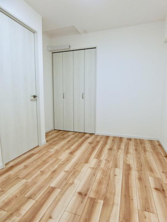 玄関側4.7畳の洋室です。