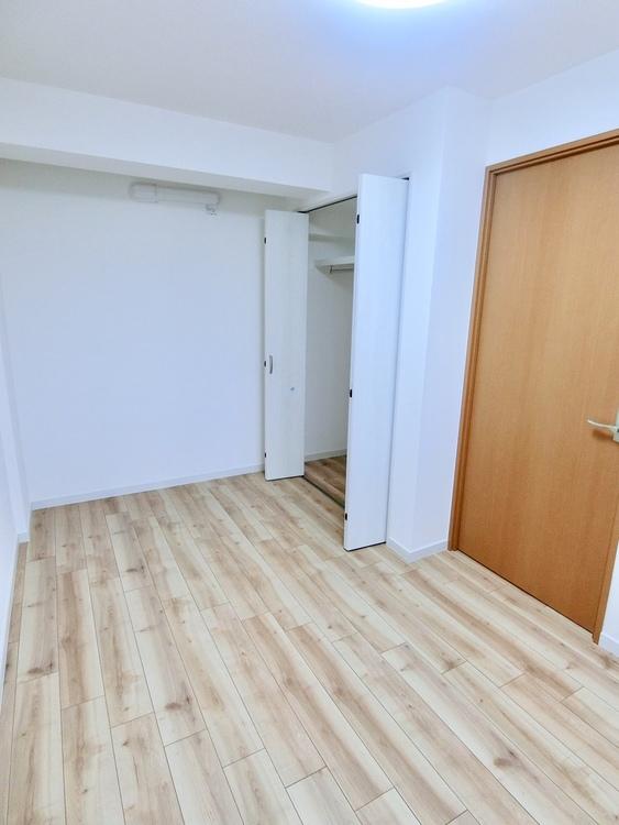 玄関側5.5畳の洋室です。