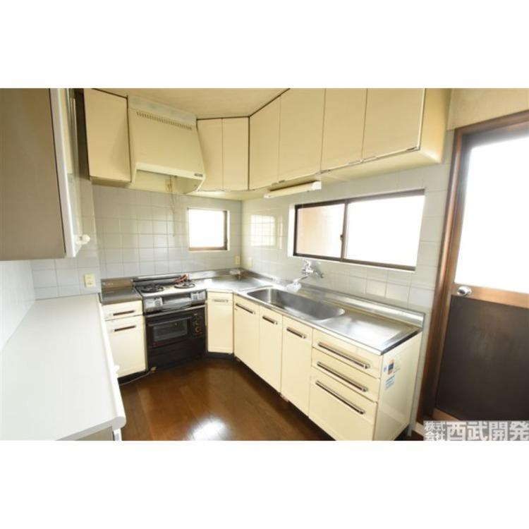 吊戸棚もありお皿や食器の収納に便利