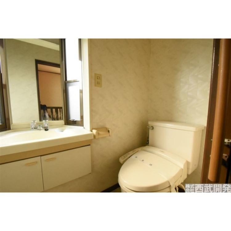 2階トイレ 手洗い場があり便利