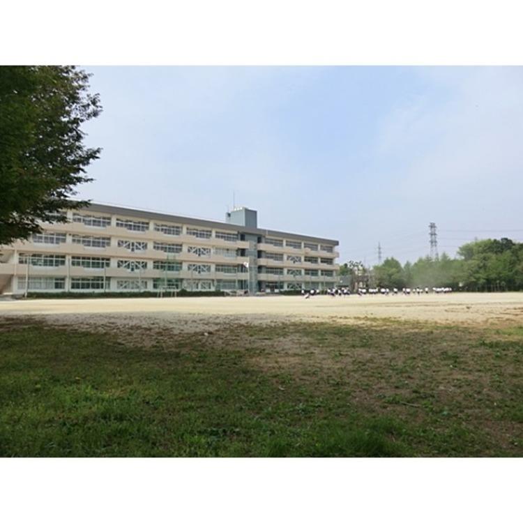 第六中学校(約970m)