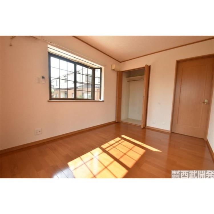 お洒落な出窓が付いた1階6帖洋室。