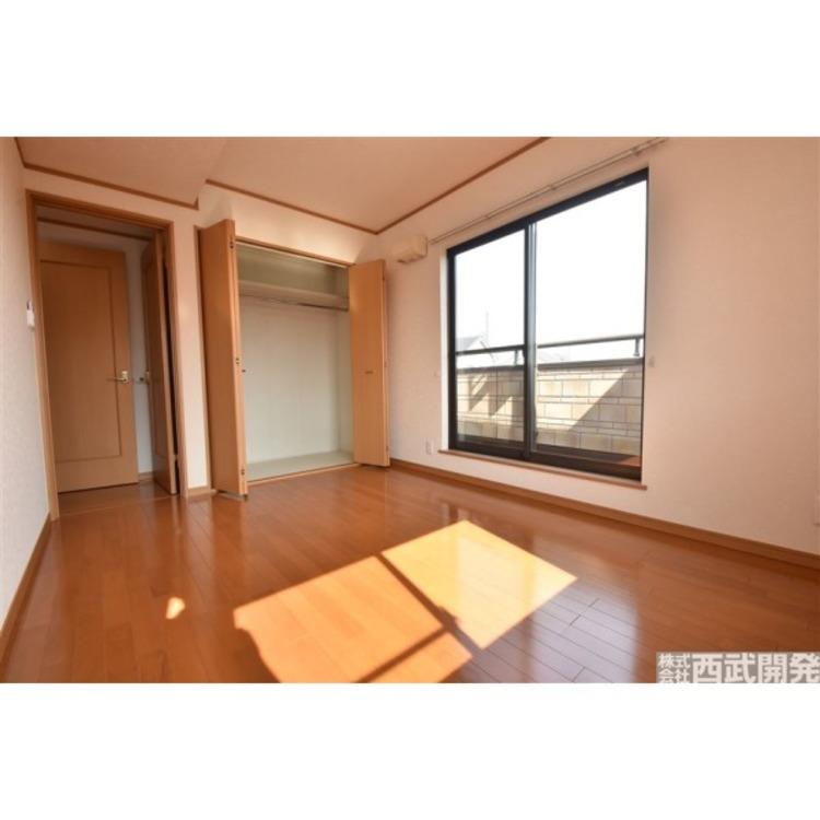 バルコニーに面して明るい6帖洋室。