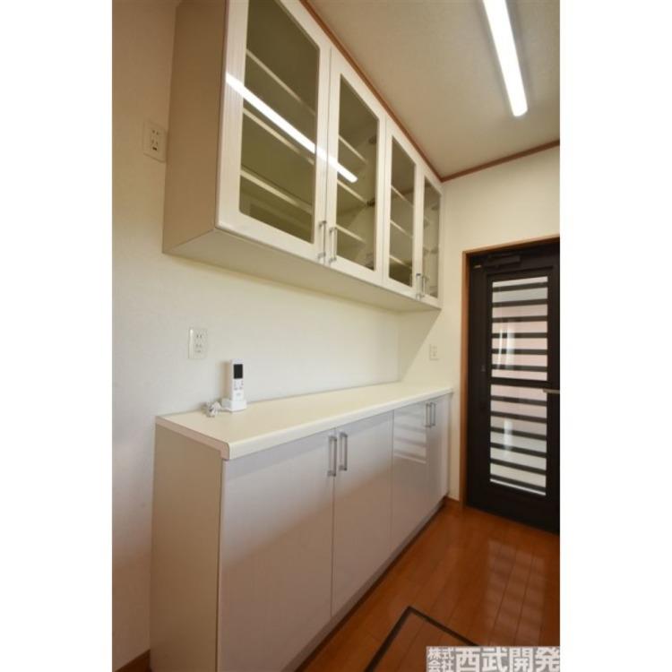 キッチンの後方には、食器入れとキッチン収納付。すっきり収納可能!