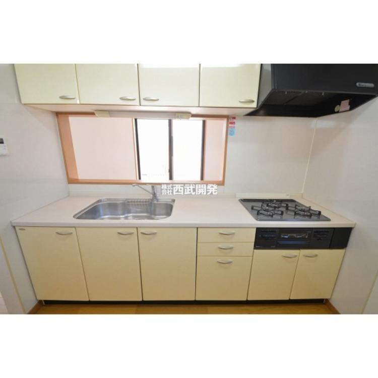 食器や調理器具も仕舞える収納スペース付きのシステムキッチン