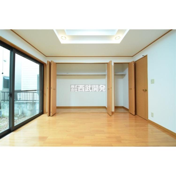 収納力が高く、大きな窓からの陽射しが特徴的な1階8.3帖の洋室です。