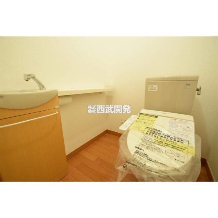 シャワー付きトイレにお手洗いも付いたちょっとしたおしゃれ空間です。