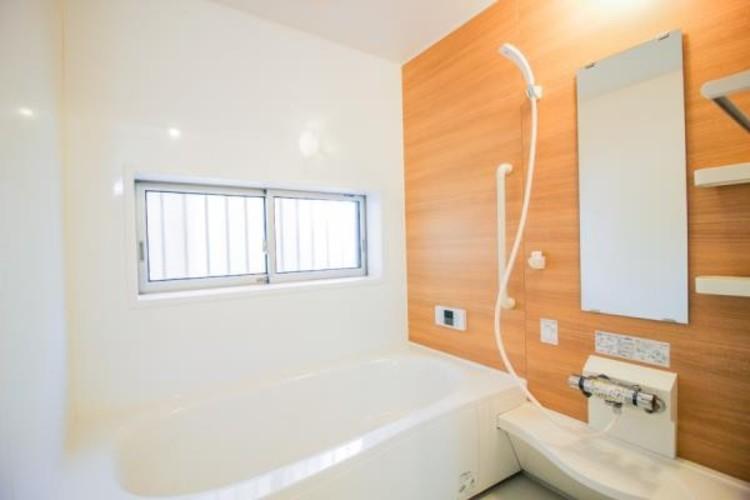 <乾きやすい風呂床>床に特殊な表面加工を施した水はけのいい床は、滑りにくくカビ防止効果があります。断熱素材を使っているので、お風呂に入ったときに「ヒヤッ」とせず、冷えにくいというメリットも。