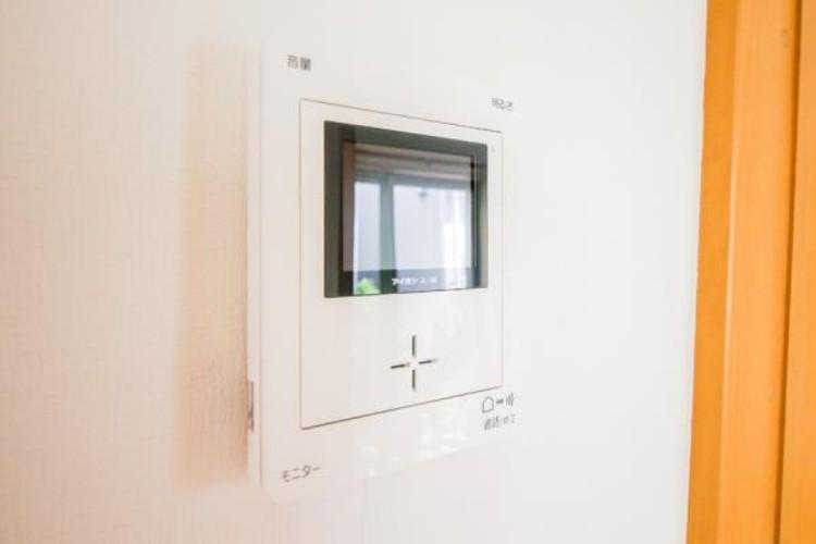 <TVモニター付インターホン>来訪者の様子を室内TVモニターでチェック。対応したくないセールスを断りやすく、子どもに留守番をさせるときも安心。不在時の来訪者を録画でき、犯罪抑止効果も期待できます。