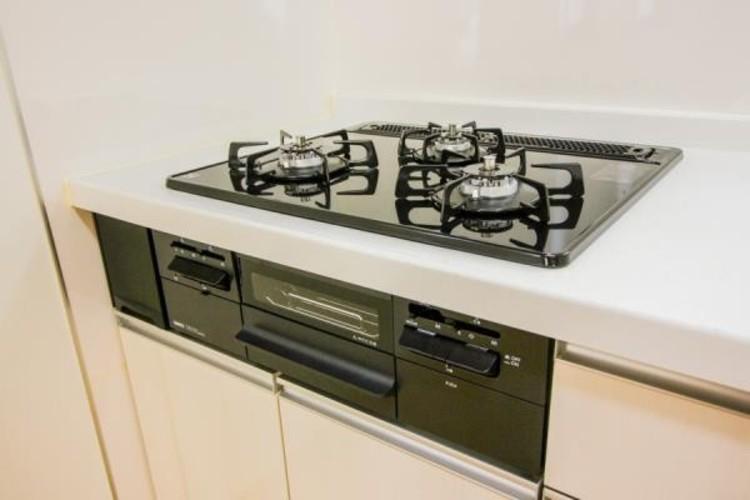 <三口ガスコンロ>三口ガスコンロは、炒め物などに適した強火力の「大バーナー」と天ぷらと煮物などに適した「標準バーナー」、奥にある弱火の「小バーナー」の3種類のバーナーが搭載されています。