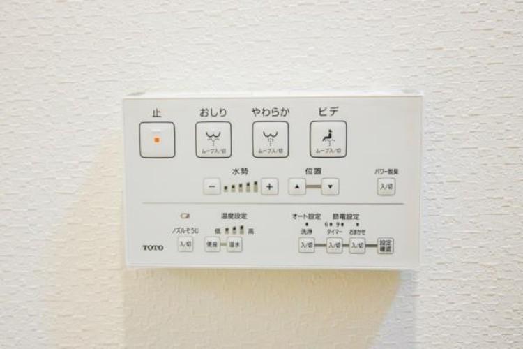 <洗浄機能付トイレ>快適な生活を送るための必須アイテムとなった洗浄機能付トイレ。おしり洗浄、ビデ洗浄、暖房便座の3つの機能を標準装備しています。