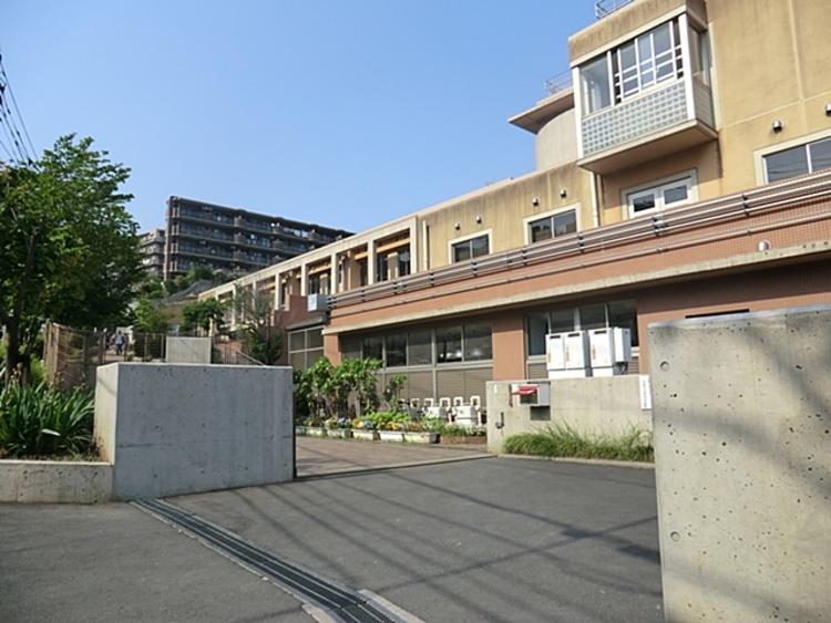 川崎市立向丘小学校 距離約550m