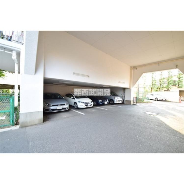 敷地内の屋根つきの駐車場です。