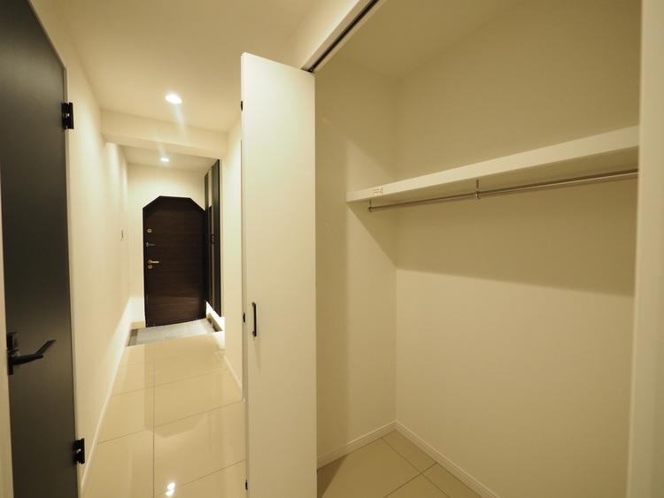 明るい玄関を上がると廊下に収納スペースが。実際に生活する側に立ち設計した工夫が各所に感じます。設計士のキメ細やかさがこの邸の魅力の一つです。