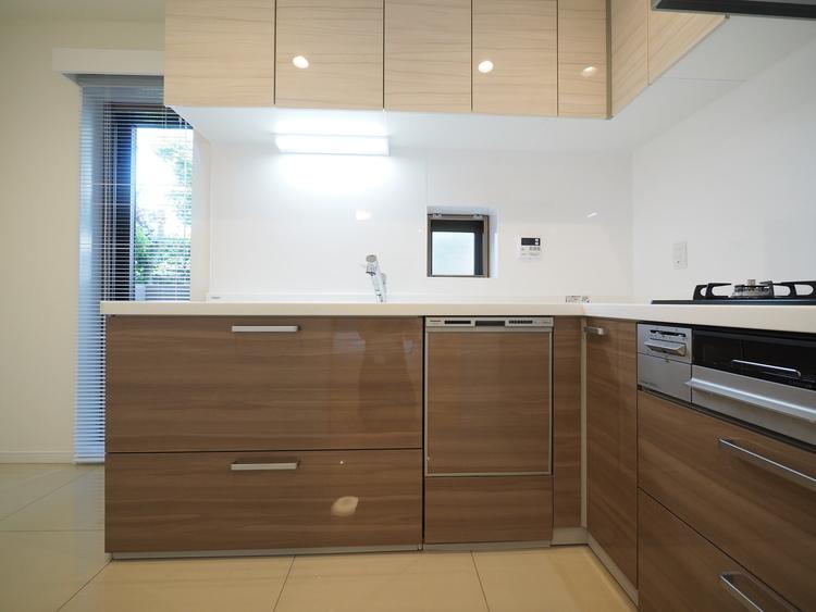 L字型オープンタイプのキッチン。収納量は格段に上がり、奥様の動線も少なくて済む様設計されております。是非一度、ご自身の目でお確かめください。