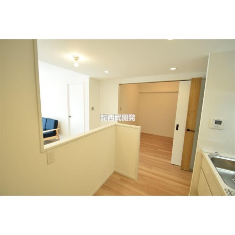 キッチン背面はカウンターになっていますので、空間の広がりを感じられます。視界を遮らないゆとりの空間が生まれます。