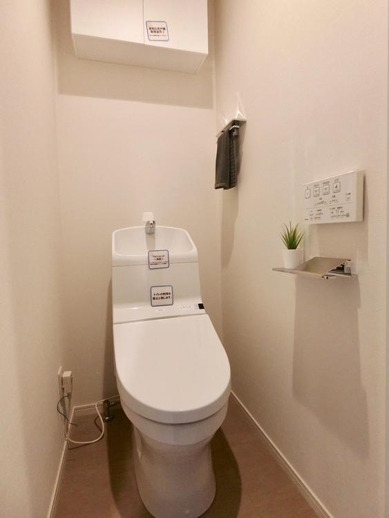 手洗い付きトイレ。上部収納付き。