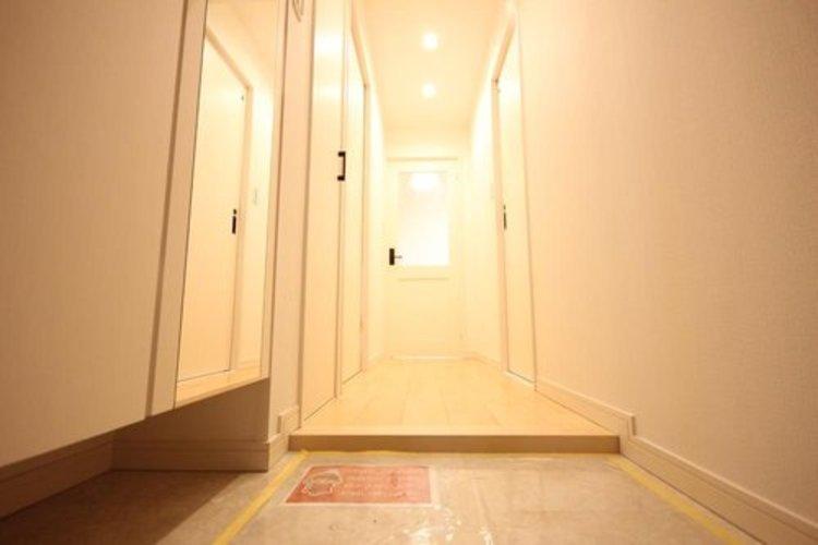 上質感漂う玄関。居住者の帰り、訪れる方を優しく迎える安らぎに満ちた生活空間を予感させる。健やかな暮らしを楽しめそう。 ≫