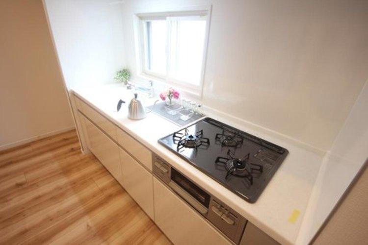 明るい自然光が入る作業スペースを多くとった壁付けキッチン採用。夫婦揃ってキッチンに立っても調理がしやすく、家事をしながら会話も弾みます。食器類もすっきりと片付く収納力 ≫