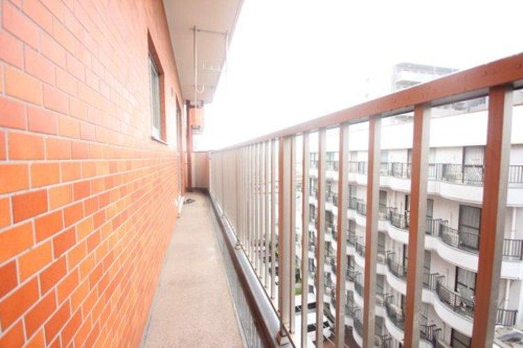 お部屋の中で唯一の外部空間であるバルコニーバルコニーは2つの洋室を繋ぐように配置されています。