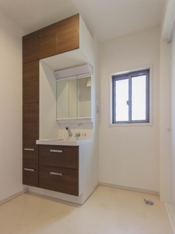 【洗面台※窓付】家の中でも特にプライベートスペースとなる洗面所は、洗濯場所と浴室を同じ空間でまとめております。小窓を設置しておりますので、熱気などが籠りやすい空間でちょっとした空気の入れ替えを。