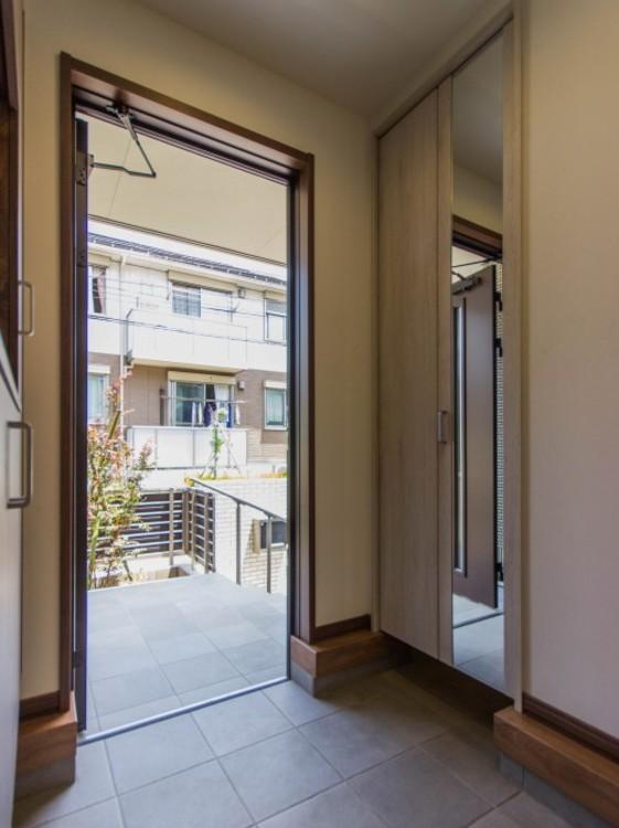 【シューズクローク(玄関収納)】大気中の飛来物質が多い季節は、外気にさらされた物をお部屋に持ち込まない方が賢明です。玄関に収納しておけば、花粉や黄砂などでお部屋の空気を汚さずにすみます。