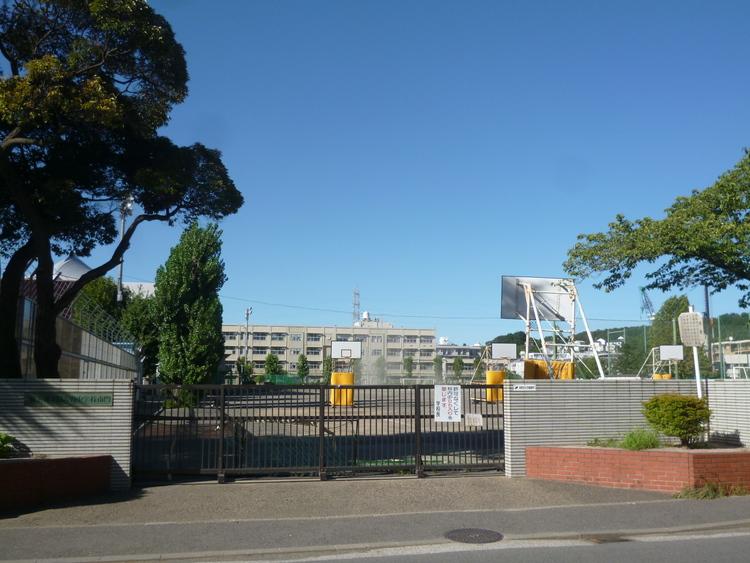 横浜市立日吉台中学校 距離1300m
