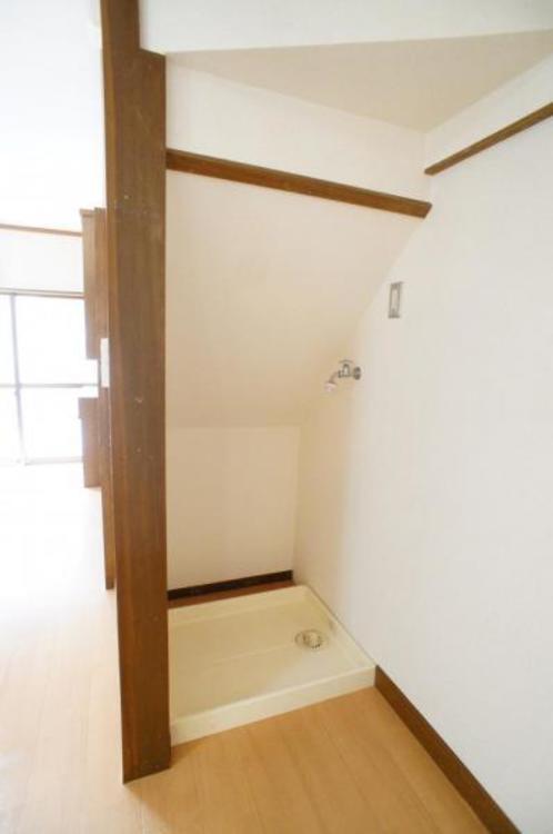 階段下のスペースを有効利用!洗濯機置き場がございます。