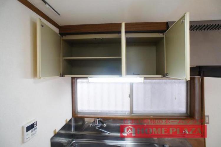 吊り棚があるので使用頻度の低い調理器具なども収納しておけます!