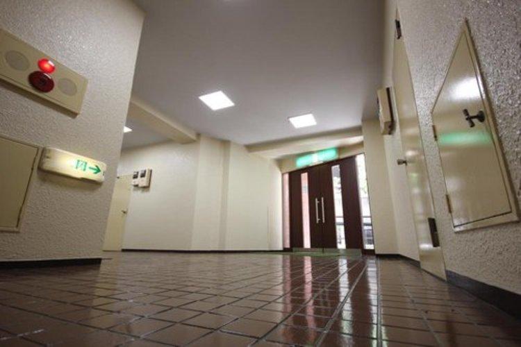 館内は静寂な中が保たれており、管理が行き届いている印象を受けました。重厚感溢れるエントランスは、マンションの一つの特徴でもあります。