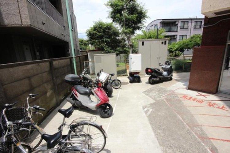 駐輪場のそばにはもちろんバイク置き場もご用意しております。