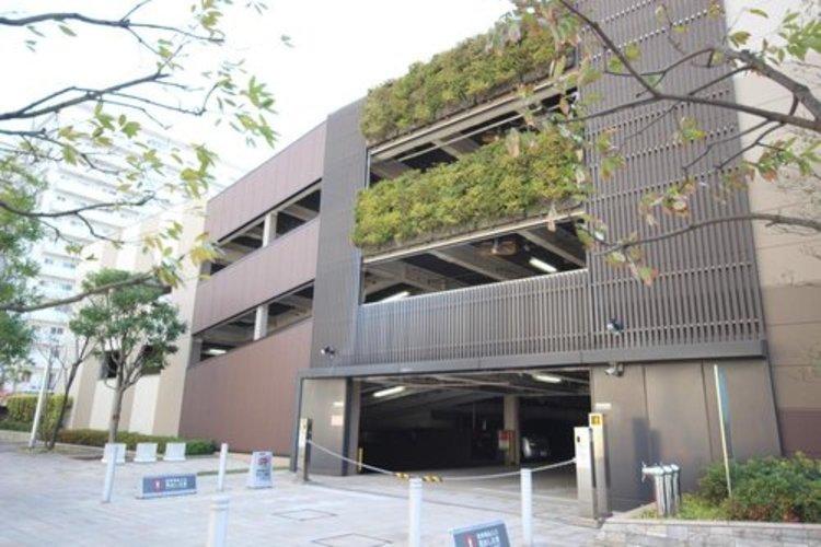 入庫・出庫がスムーズな自走式駐車場を用意。低層の駐車場棟の壁面を緑化し、周辺街区と調和する緑の潤いを創出。緑の蒸散作用によりヒートアイランド対策も図る。