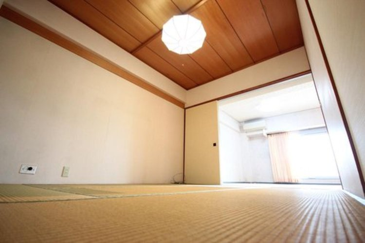 畳の素材であるイ草は、断熱性・保温性に優れ、湿気を吸収してくれます。さらに森林の香りの源といわれる成分フィトンチッドが含まれているので、室内にいながら森林浴の効果を得られます。