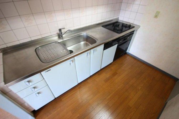 リビングとキッチンが分かれてますので、スッキリした空間が生まれます。またプライバシーを確保できるため人を招きやすく、ホームパーティーもより快適に。 ≫
