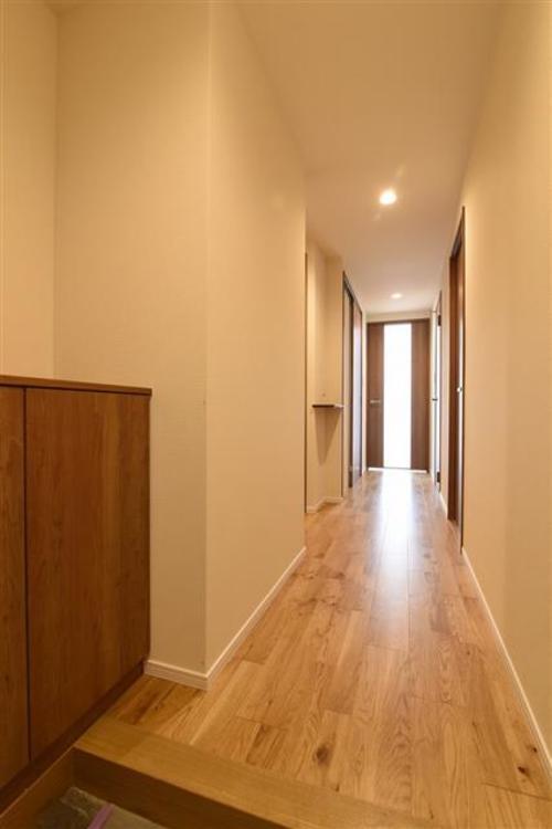 廊下に完備の収納は助かりますよね。