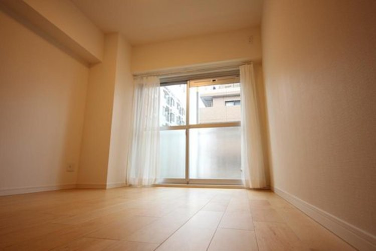 リビングに隣接する居室。引き戸を開け放てば2部屋が一体となり広々に。快適空間が生まれることで、家族が集まりやすくなります。 ≫