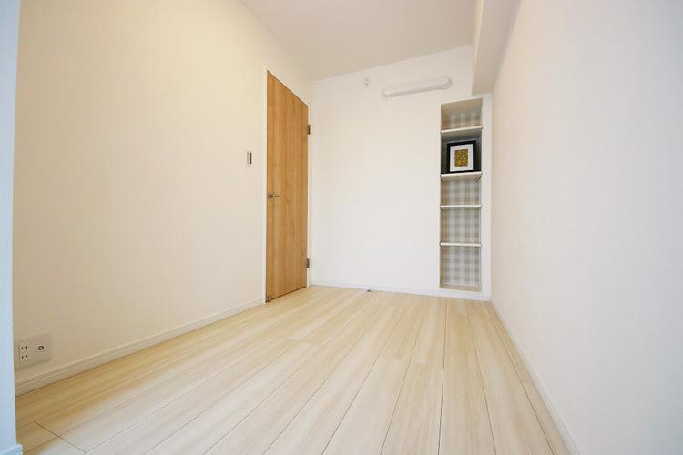 4.0帖洋室 備え付けの棚は装飾・収納として活躍しそうですね