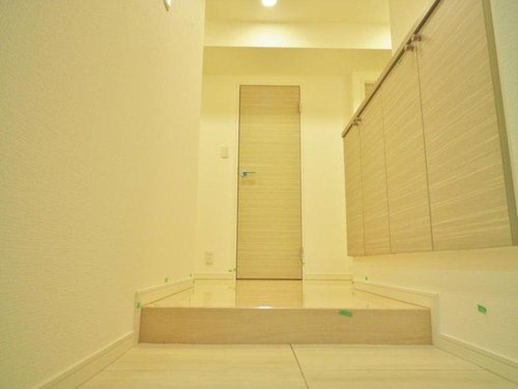 家の顔となる玄関。 収納部分を多く採用し、スッキリとした広さを確保出来ました。ゲストを迎え入れても安心の空間です。