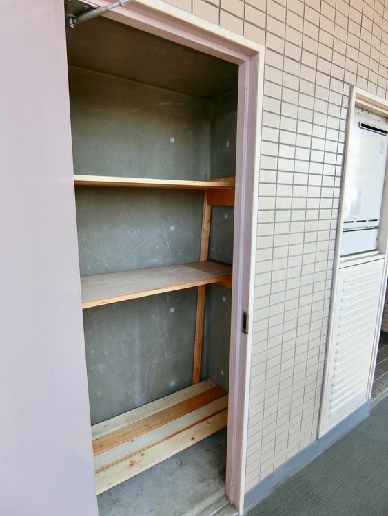 玄関の横には専用のトランクルームがあります。