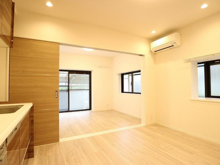 リビングと隣接の洋室は天井、フローリングと同じ色合いで揃えており、可動ドアを開くと広々とした空間になります。