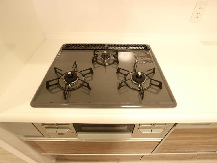 三口コンロで、お料理の効率もアップ。受け皿のないフラット天板で、お手入れもラクラク。