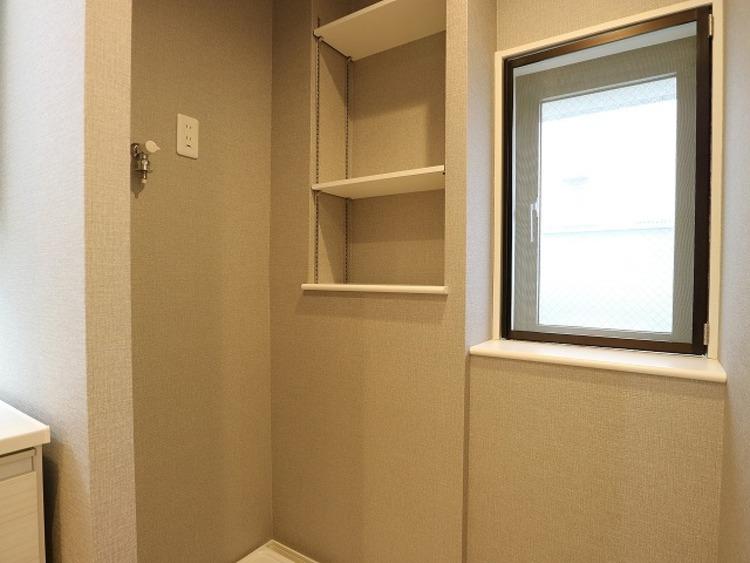 洗面室にも窓をご用意いたしました。湿気がこもりがちな場所ですが、十分換気ができますね。