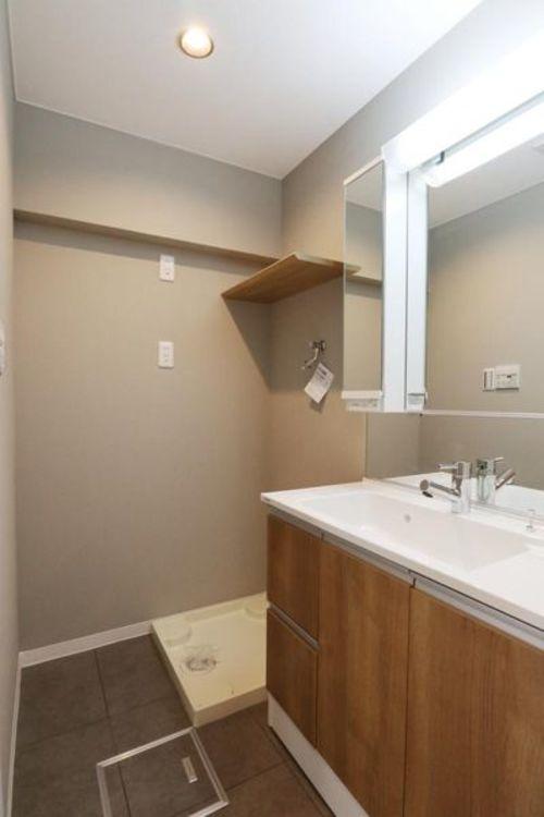 「洗面室」広々とした収納充実の洗面室