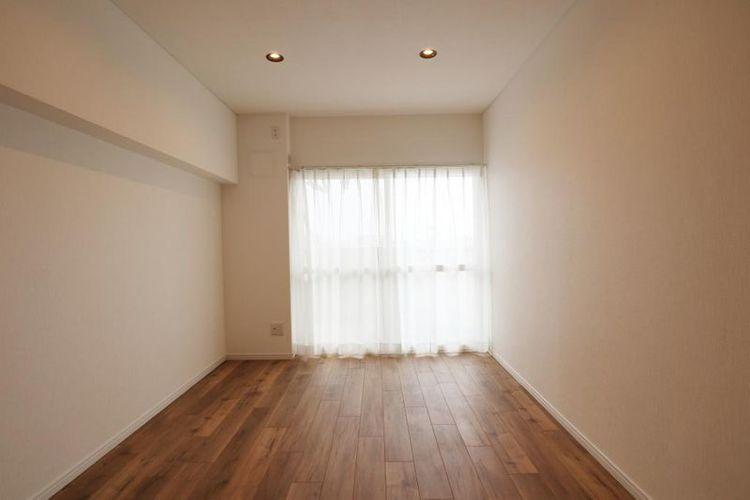 「洋室」約6.0帖 南向きのバルコニーに面した主寝室。ナチュラルで心地良い空間。