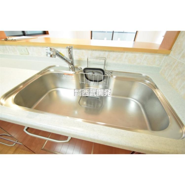 使いやすいシングルレバー混合水栓を採用、浄水器内蔵でさらに便利です。